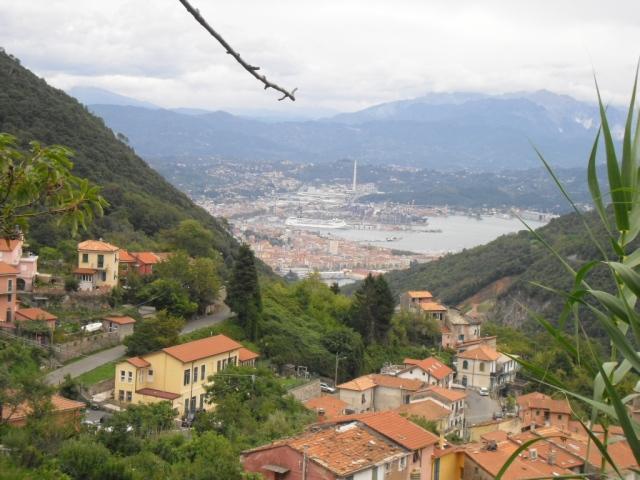 schodząc z Telegrafo - na pierwszym planie Biassa , na drugim La Spezia